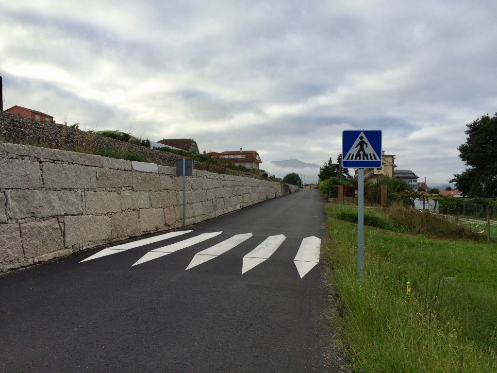 Zebra crossing in ⁨Redondela⁩, ⁨Galicia⁩, ⁨Spain⁩ which terminates on one side in a stone wall.
